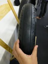 画像: ソーラーカー用タイヤの幅は90mm。2輪用タイヤのよう。空気圧は500kPaと、パンパン。