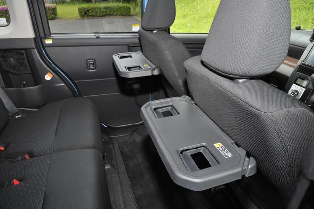 画像: シートバックテーブル[買い物フック・ドリンクホルダー2個付](運転席・助手席)は全車にメーカーパッケージオプション。