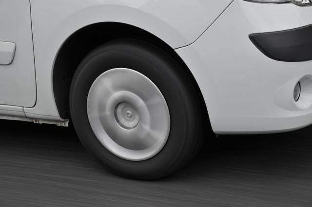 画像: 直進しているときからちょっとハンドルを操舵しても、クルマはピッと反応しない。