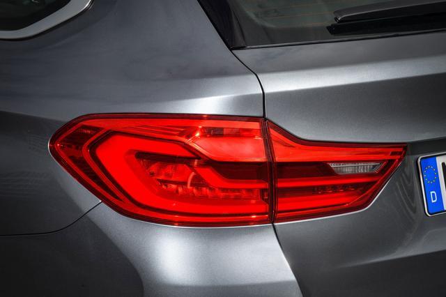 画像: テールランプは車幅を広く見せる横長デザインになっている。