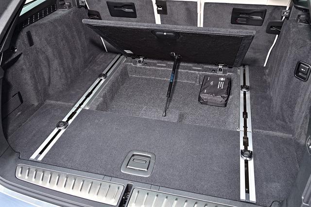 画像: ラゲッジフロア下には収納スペースもある。仕切りようのレールも用意されるなど使い勝手はとてもいい。