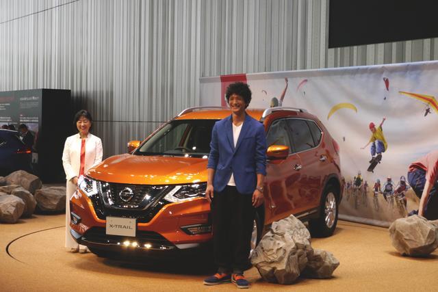画像: 日産は、マイナーチェンジながら大々的に発表会を開催し、俳優の渡部豪太さん(右)と日産の専務執行役員 星野朝子氏(左)も登場した。