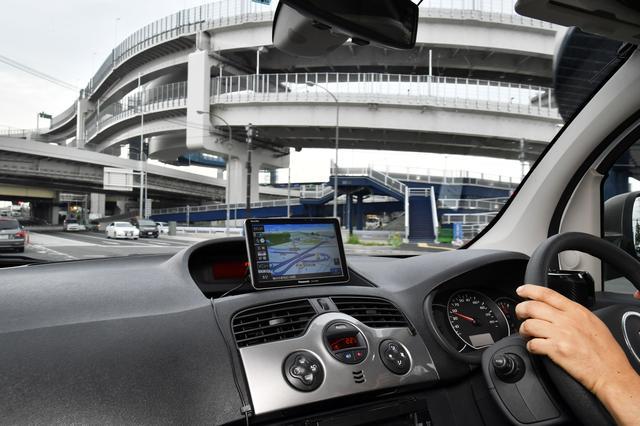 画像: GPS電波が届かず、自車位置がズレやすいこんな高架下でも、正確に自車位置を示してくれる。