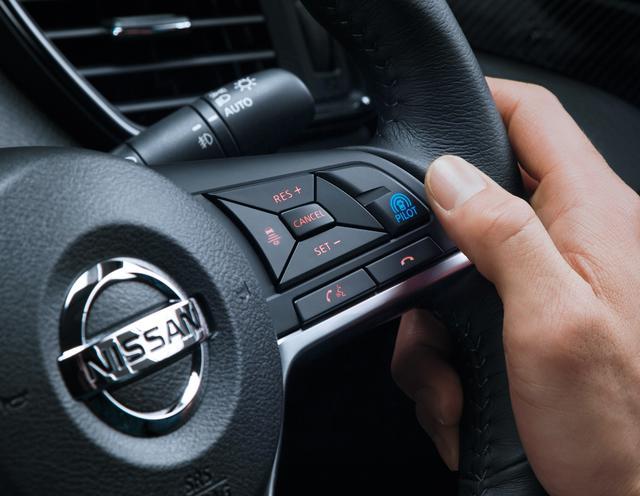 画像: ステアリングの青いボタンがプロパイロットの起動スイッチ。