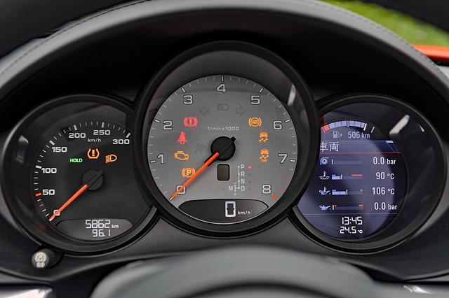 画像: 中央が大径のタコメーター。左がスピード、右はインフォメーションディスプレイで、カーナビの地図も表示可能。