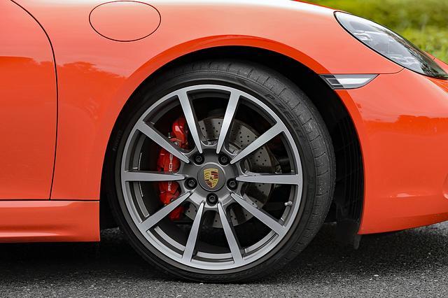 画像: 赤いキャリパーが目をひく。前235/35ZR20、後265/35ZR20とインチアップされたピレリPゼロ タイヤはオプション。