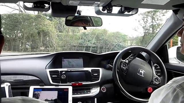 画像: 3つのカメラだけで走路を認識するホンダの技術。GPSによる自車位置測定なしに、さまざまな画像情報をもとに走路を認識する。白線のない場合の走路検出や、停止線、交差点の侵入位置などの推定も行う。 youtu.be