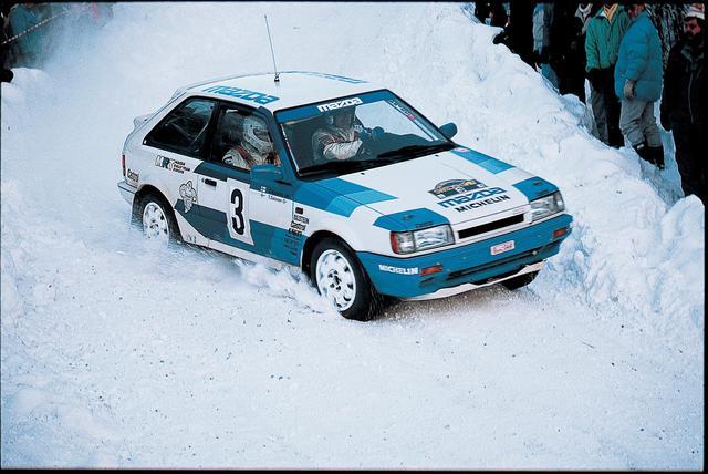 画像: 雪の中を疾走する、BF型ベースの Mazda 323 4WD GTX 。写真は上述のスウェディッシュラリー(1987年)でのひとコマ。