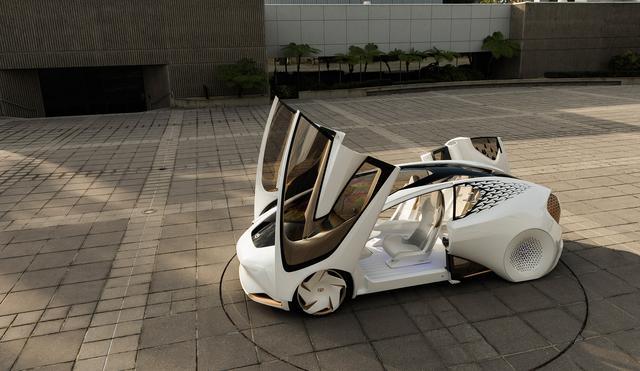画像: 現段階でトヨタ的「つながるクルマ」の理想を体現しているのは、この「Concept-愛i」だろう。2017年CESで発表されたこのコンセプトカーは、AIによる密接なパートナーシップや、安全、安心といった移動の質を高めるエージェント技術など、モビリティのひとつの未来像を提案している。
