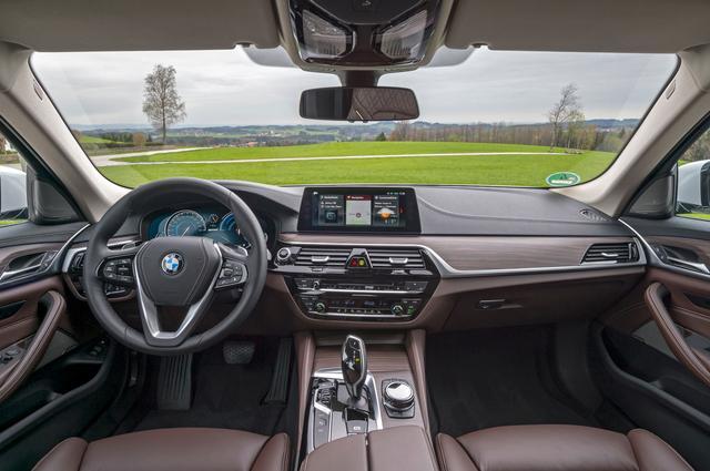 画像: センターコンソールに配置された「eドライブ」ボタンを押すことで、オート、マックス、バッテリーコントロールの3つを選択できる。