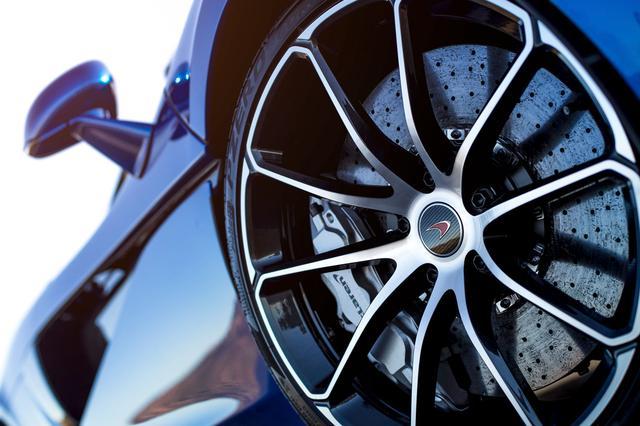 画像: ブレーキは、カーボン セラミック ディスク(フロント394mm、リア380mm)とアルミニウム製ブレーキキャリパー(フロント6ピストン、リア4ピストン)で構成。