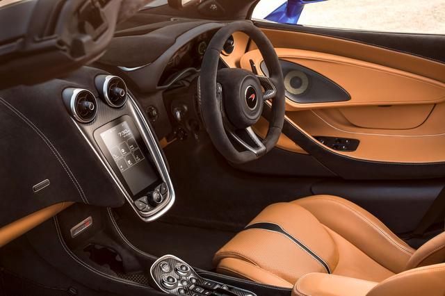 画像: マクラーレン 570S スパイダーの内装はスポーツ&エレガンスといった雰囲気。この画像では、スピーカーはバウワース&ウイルキンスが装着されている。