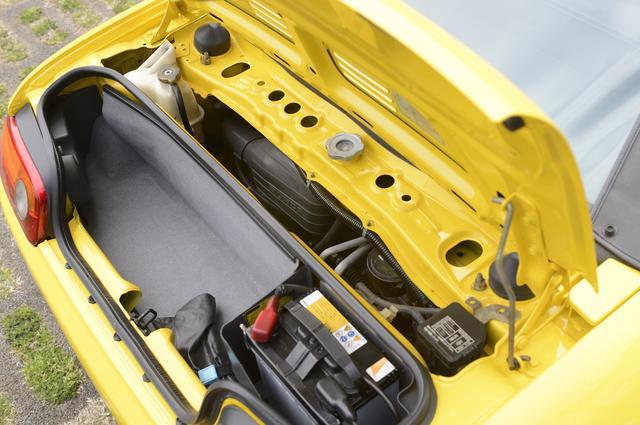 画像: ビート エンジン トランクスペースの奥側にある。E07A型エンジン。