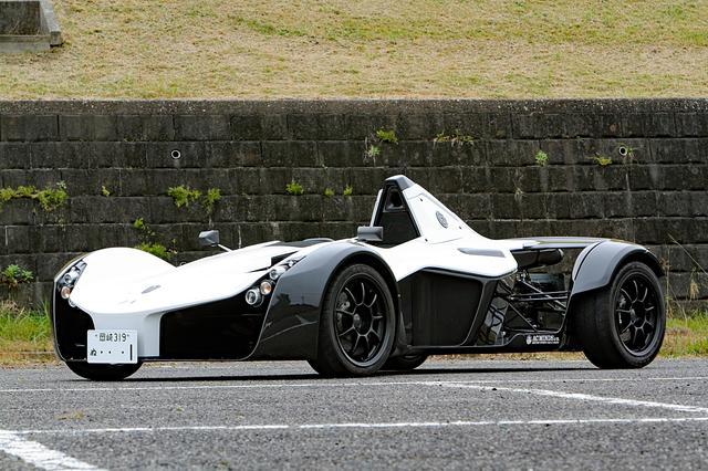画像: フォーミュラカーにフェンダーやライト類を付けただけのようなスタイル。それでも日本のナンバーを取得して公道走行が可能だ。