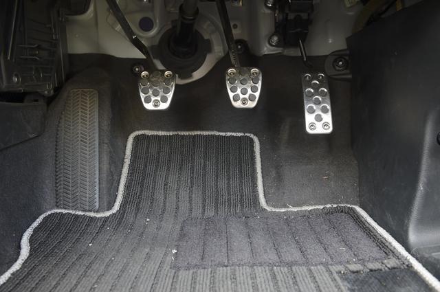 画像: S660 ペダル アルミペダルが標準。ペダルフィールも節度感があり、21世紀のスポーツカーという印象。
