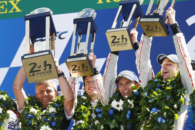 画像: 優勝を飾ったポルシェ2号車のアール・バンバー(ニュージーランド)、ティモ・ベルンハルト(ドイツ)、ブレンドン・ハートレイ(ニュージーランド)組。