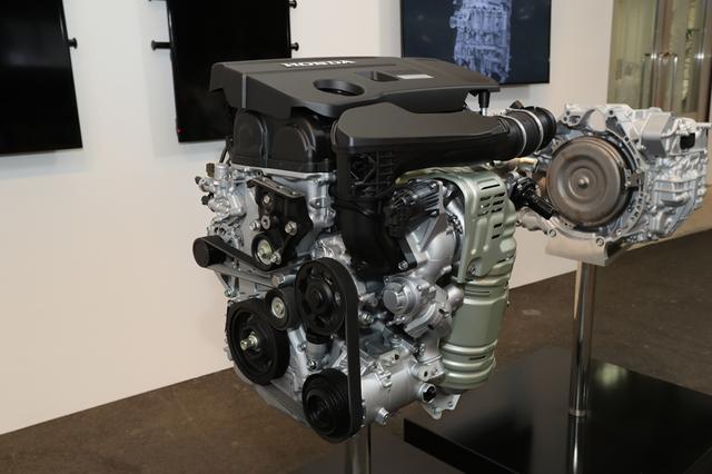 画像: V6のダウンサイズとして新たに投入される2Lの直噴ターボエンジンは、シビックタイプRと同じ形式(K20C)だがチューニングはかなり異なる。写真右に見える新開発の10速ATミッションはかなりコンパクトだ。