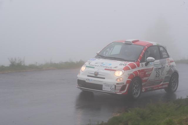 画像: 霧で視界の悪い中、悪戦苦闘しながらも完走を目指す。