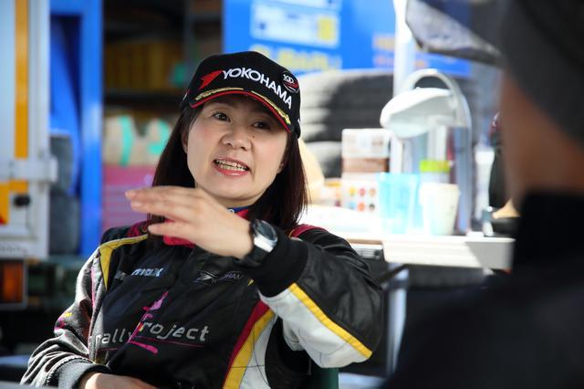 画像: 今回のコ・ドライバーは、昨年度、このクラスのチャンピオン・コ・ドライバーとなった漆戸あゆみが務める。