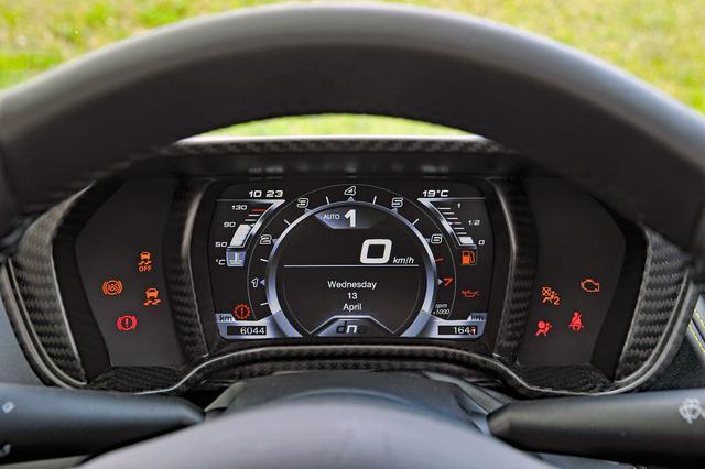 画像: メーターパネルはTFT液晶カラーディスプレイで、ドライブモードにより表示が変わる。両脇にインジケータが並ぶ。