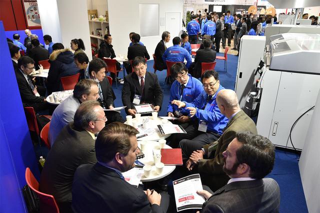 画像: スタンス的には大規模な商談会。そこかしこで、本気のビジネスが展開される。 www.autonomous-drive.jp