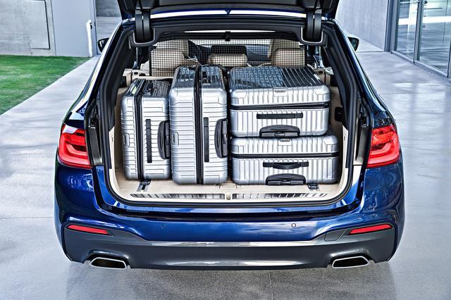 画像: RIMOWAのスーツケースを4個搭載できる。