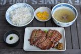 画像: こちらがセット「牛たん定食(1780円)」。テールスープもバツグン。とろろもお店で摺るので水っぽさがない。