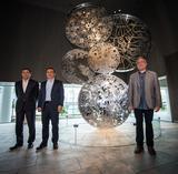 画像: 写真左から、西川廣人CEO、カルロス・ゴーン会長、作者のナディム・カラム氏。