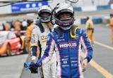 画像: アタックの機会を失いぶ然とピットへ戻る6号車 大嶋和也と37号車 平川亮