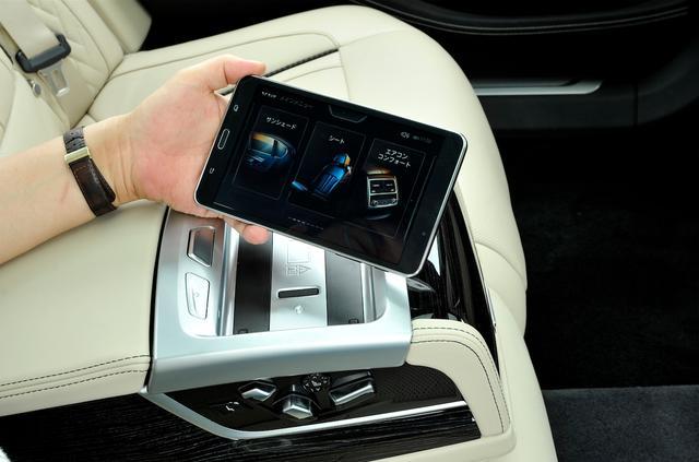 画像: 取り外し可能な7インチタブレット「BMWタッチコマンド」を装備。後席シートポジションなどの調整のほか、インフォテインメントの制御もできる。
