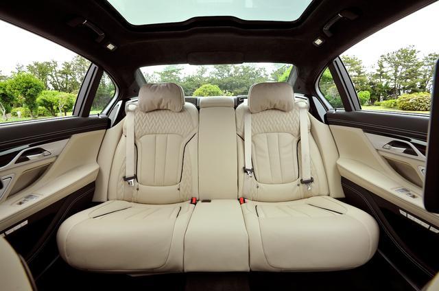 画像: 後席シートはオットマンやマッサージ機能までついて、くつろぎ感とまったり感がたっぷり。
