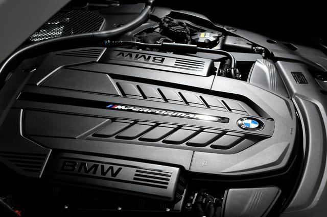 画像: Mモデルとしては初めてのV12気筒エンジンを搭載、8速ATとの組み合わせで圧巻の加速を体感させる。