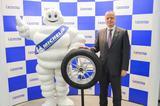 画像: 日本ミシュランタイヤのポール・ペリニオ社長とビバンダムくん