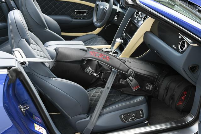 画像: ゴルフのキャディバッグは助手席に置き、シートベルトで固定するという方法もある。 「撮影協力:TUMI(http://TUMI.co.jp)