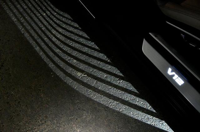画像: 「ウエルカムライト」の演出も半端なく贅沢。光のストライプがお出迎え。
