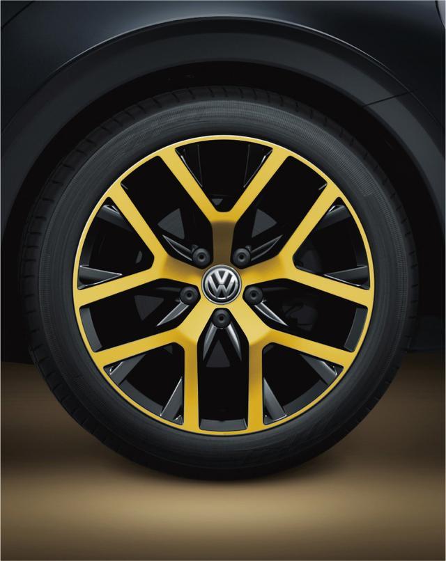 画像: サンドストーム イエローメタリックの専用18インチアルミホイール。タイヤサイズは235/45R18。