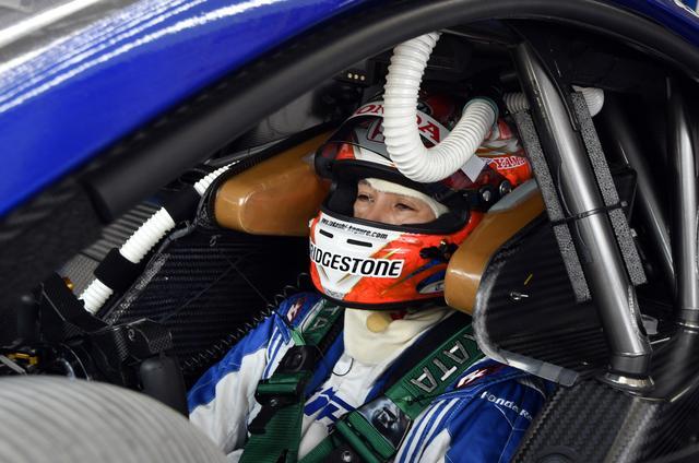 画像: 練習走行2番手の17号車NSX-GTだがQ1で小暮卓史がクラッシュ、目に糸クズついてますけどコレのせい?