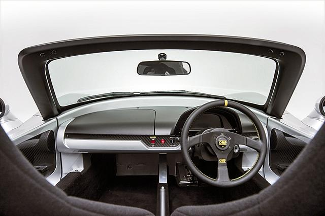 画像: 標準仕様のトミーカイラZZ。上の写真と比べると、窓枠がスゴく無骨に感じる…。