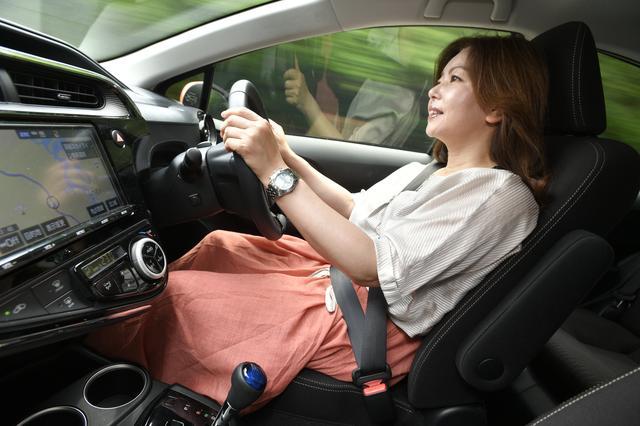 画像: 乗り心地もリファインされたアクアのドライブを楽しむ竹岡レポーター。カーナビはオプション。