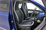 画像: フロントシートにはホワイト/ブルー ノクターン  のラインが入れられている。