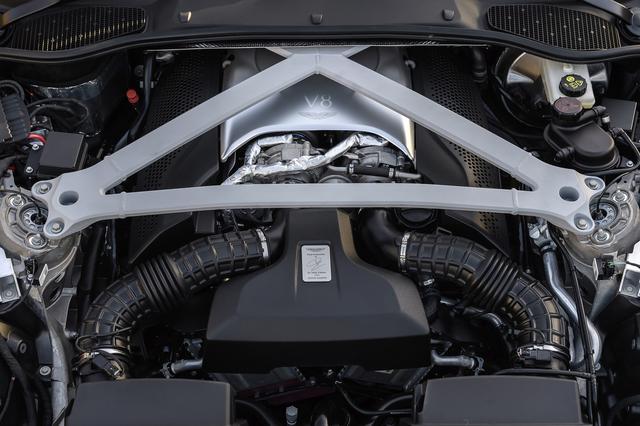 画像: エンジンのヘッドカバーにはAMGマイスターの署名ではなく、アストンマーティンのパーマー社長の名が入る。