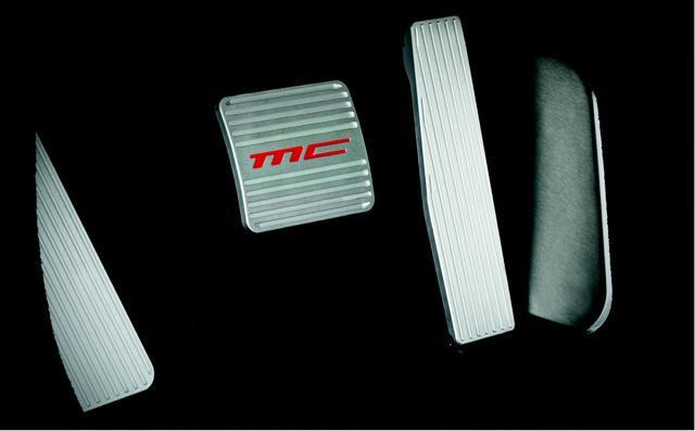 画像: MC デザインのアルミペダルは両モデルに装備される。
