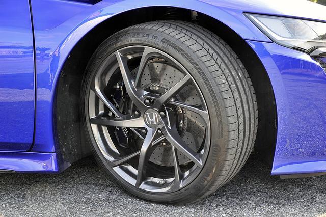 画像: タイヤは前後異サイズのコンチネンタル コンチ スポーツコンタクトを、専用の鍛造アルミホイールに履く。