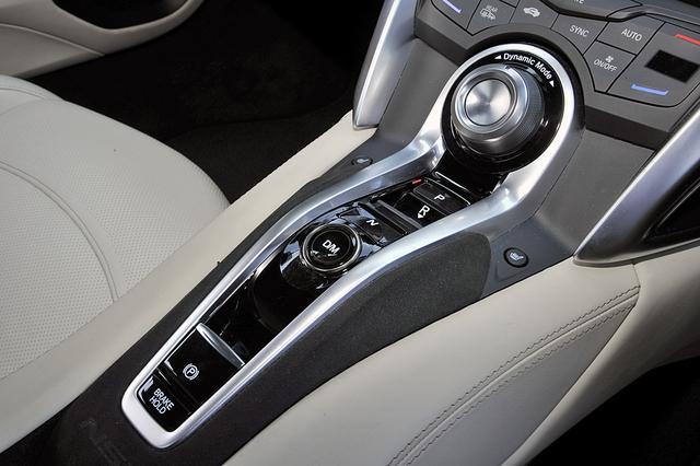 画像: 9速DCTのセレクターはスイッチ式。その上にドライブモードの切り換えダイヤルが備わる。