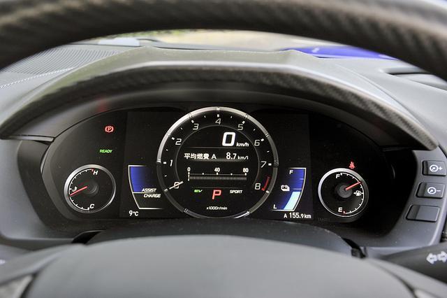 画像: タコ&スピードのTFTメーター中央部はインフォメーションディスプレイ。両脇にバッテリー量とエネルギーフローを表示。