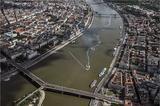 画像: ブダペストの街の中心、ドナウ川の上に作られたレーストラック。