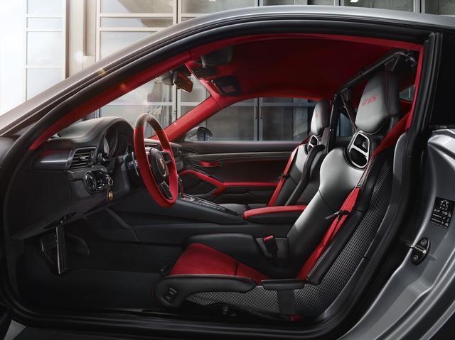 画像: カーボン調に仕立てられたフルバケットシート。赤い専用ステアリングホイールも目立つ。