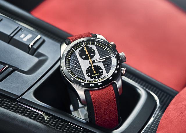 画像: ポルシェ911 GT2 RS クロノグラフ。文字盤はカーボン製で、デザインはメーターパネルとタコメーターをイメージしたという。