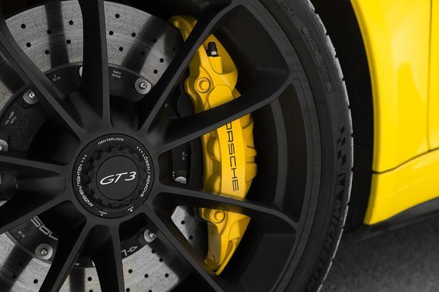 画像: モータースポーツ用に開発されたブレーキキャリパーは、フロントに対向6ピストン、リアに対向4ピストンを採用する。