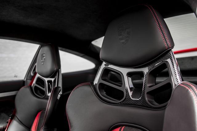 画像: 18ウェイ電動アダプティブスポーツシートと手動式スポーツバケットシートを設定。6点式シートベルトも選択できる。